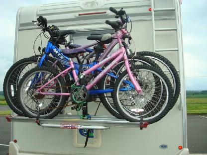 キャンピングカーに自転車4台.JPG